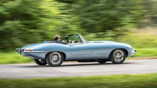 Jaguar har med seg konseptet E-type zero. Her er den sekssylindrede XK-motoren erstattet med en elmotor og et 40 kWh-batteri. Den låner mye av teknologien til den kommende I-pace.
