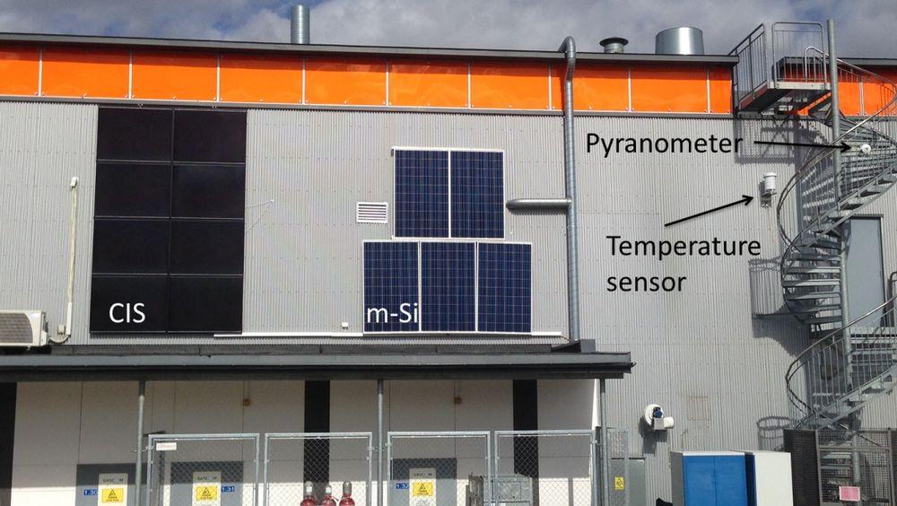 To ulike typer solcellepanel montert, vertikalt, på veggen på Kjeller. De skal begge, offisielt, produsere 1,3 kW hver. Foto: IFE.