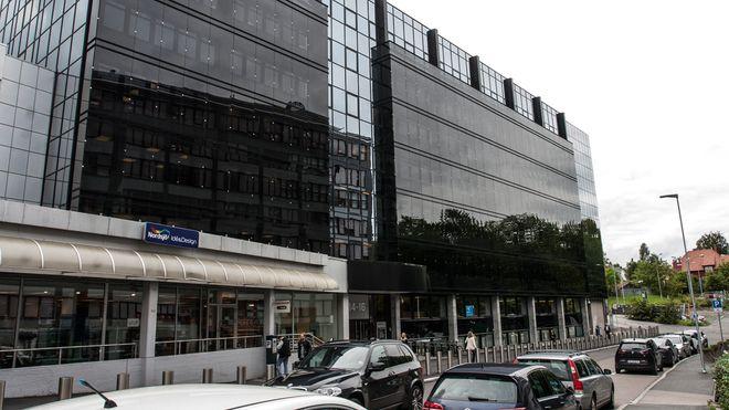 Politidirektoratet og politiets IKT-tjenester holder til i bygget med den mørke glassfasaden, like ved Colosseum kino på Majorstua i Oslo.