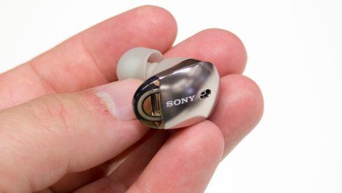 Sonys WF-1000X er blant hodetelefonene som har en litt annen lydsignatur på iPhone enn på de fleste Android-telefoner. iPhone-lyden er skarpere og mer aggressiv, noe som kan gjøre dem litt slitsomme på enkelte typer musikk.