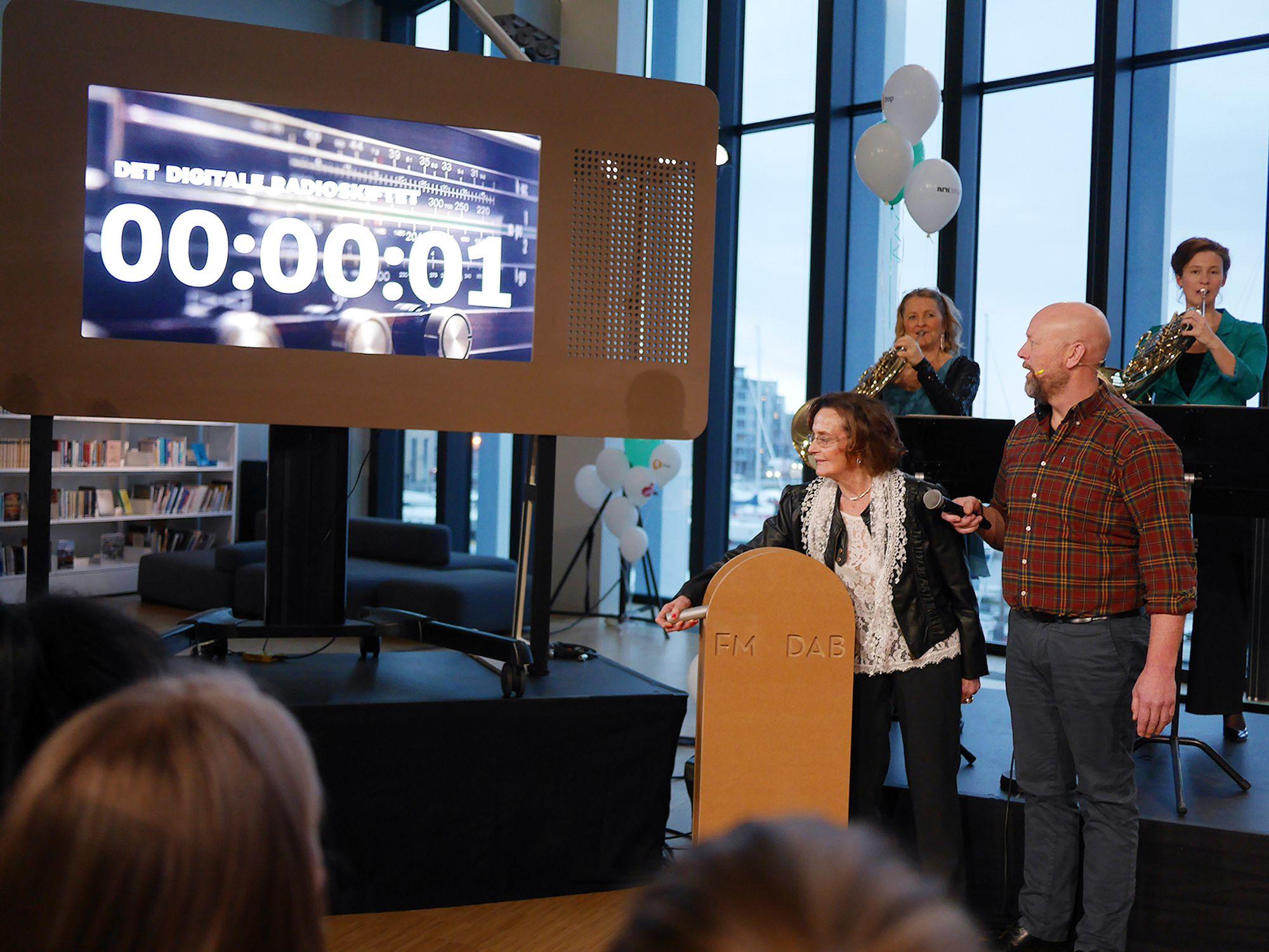 NRK Nordland-lytter, Berit Olderskog, drar i den symbolske spaken da FM-nettet i Nordland blir slukket 11. januar kl. 11.11. Til høyre programleder Geir Schau i Radio Norge. Foto: Stian Sønsteng