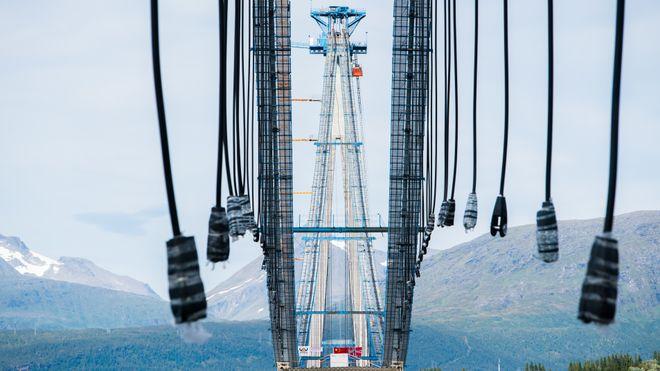Landets nest største hengebru monteres som et byggesett med deler fra hele verden
