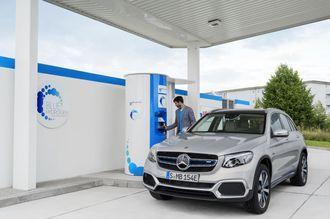 Mercedes-Benz GLC F-cell kan både lades og tankes med hydrogen.