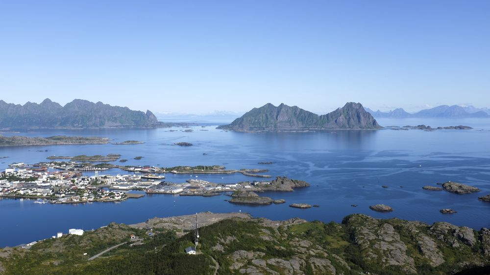 Utsikt over Svolvær i Lofoten fra Tjeldbergtinden. Foto: Marianne Løvland / NTB scanpix