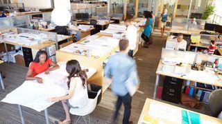 Ansatte stresser mer, leverer mindre og blir mer syke - likevel er åpent kontorlandskap kommet for å bli