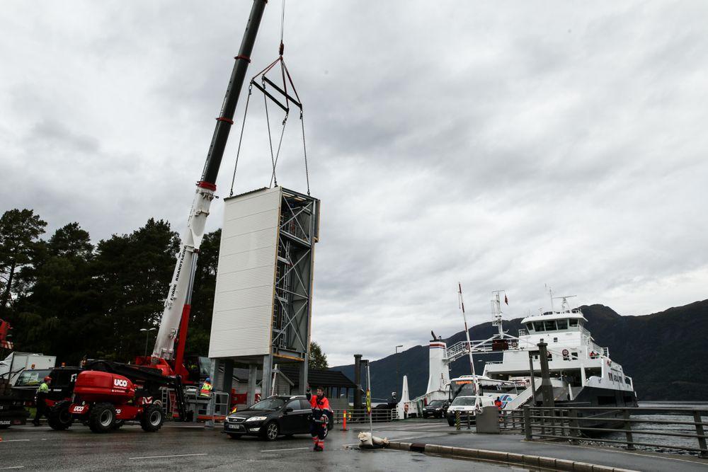 Logistikk: Monteringen av lådetårnene ble en øvelse i logistikk siden fergene gikk i normal trafikk.