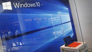 Windows 10 vises på en skjerm i vinduet til Microsoft-butikken ved Roosevelt Field i Garden City, New York, den 29. juli 2015.