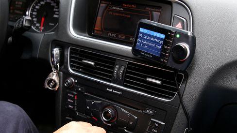 Slik kan en DAB-adapter i bilen se ut.