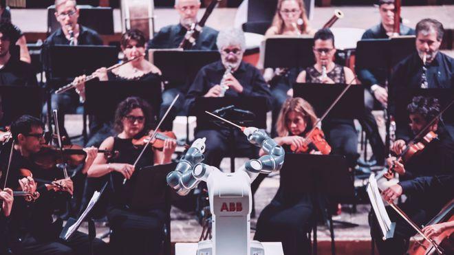 I løpet av to dager programmerte ingeniørene roboten til å dirigere Andrea Bocelli og et fullt symfoniorkester