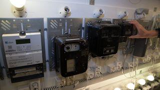 Nye moderne AMS-målere side om side med langt eldre apparater.