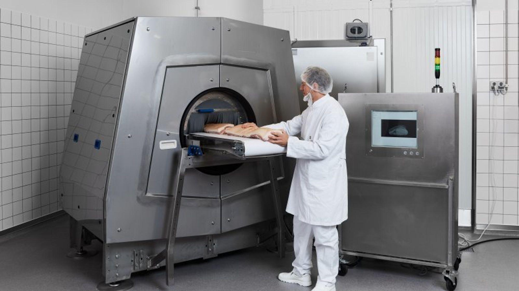 Slik ser CT-skanneren for næringsmiddelbruk ut. Modellen vil i prinsippet kunne skanne 600 midtstykker av svin hver time.
