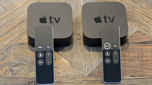 Den fjerde- og femte-generasjonen Apple TV er like å se på fra utsiden. Den nye er til høyre, og legg merke til ringen rundt meny-knappen på fjernkontrollen.