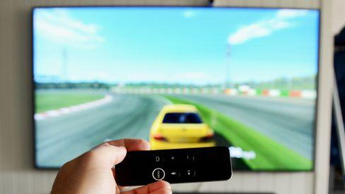 Du kan fint spille en rekke morsomme spill på Apple TV 4K. Her kjører vi bilspill med fjernkontrollen som ratt.
