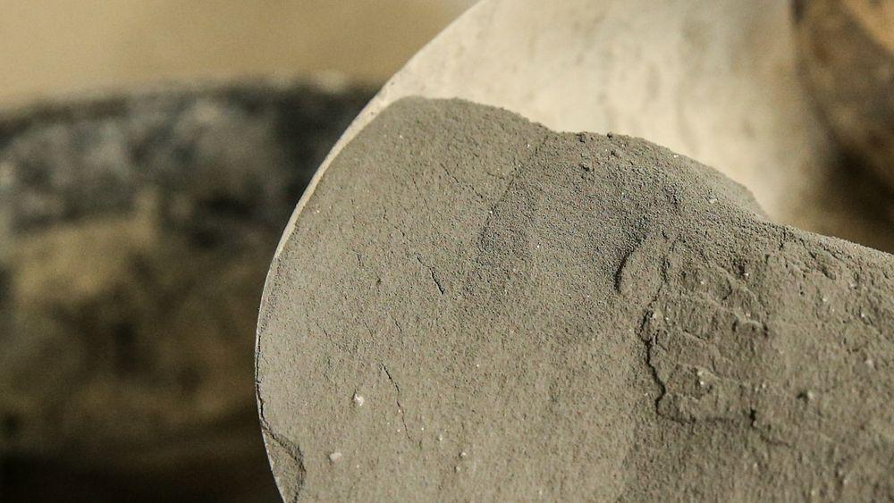 I pulverform: Slik ser microsilica i pulverform ut. Det som tidligere forsvant ut fabrikkpipen som sjenerende støv, er nå millionbutikk.