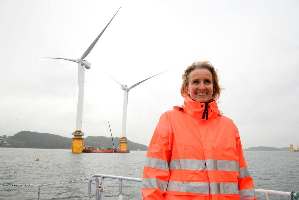 Hywind: Irene Rummelhoff inspiserte verdens første og største flytende turbiner da de var ferdig koblet sammen utenfor Stord. På grunn av totalhøyden på 253 meter må de taues sjøveien til Skottland.