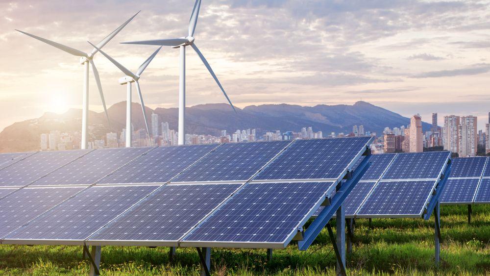 Illustrasjon av solcellepanel og vindturbiner som forsyner en by med elektrisitet.