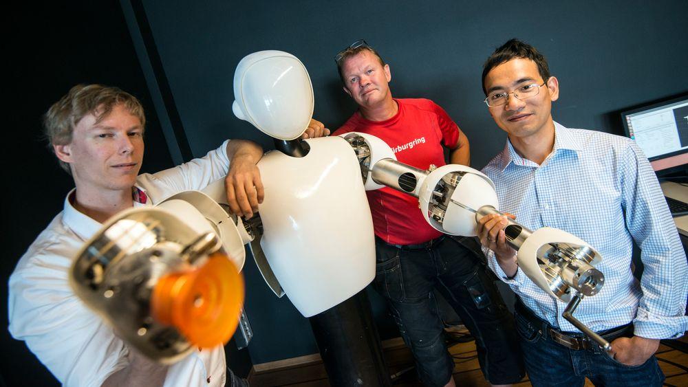 BYGGER ROBOT: Fra venstre: Sjef i Halodi Bernt Øivind Børnich,maskinist Jørgen Sundell og forskningssjef Phuong Nguyen.
