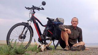 Tyske Robert har syklet verden rundt på norsk elsykkel
