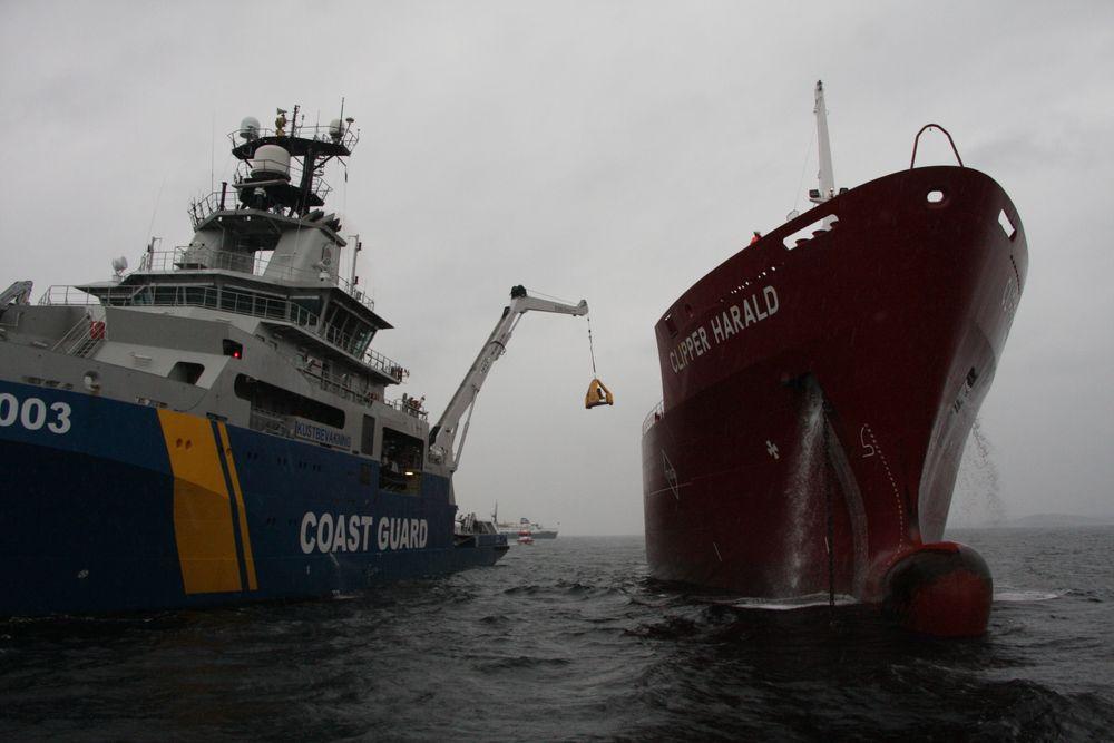 Spesialtrenet brannfolk løftes om bord på LPG-skipet Clipper Harald i kurv. Operasjonen tar lang tid. Oljevernøvelsen Scope 2017.