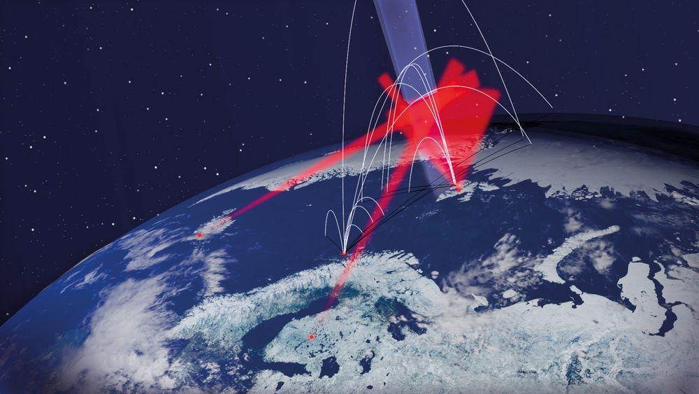 Rakettrutene: De hvite strekene viser banene til de 11 forskningsrakettene. De røde feltene er målinger fra bakken. Det blå feltet er den spesielle delen av atmosfæren som skal studeres.