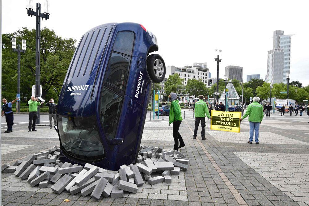 Aktivister fra Greenpeace demonstrerer i Frankfurt mot det de mener er klimaskadelig bilindustri.