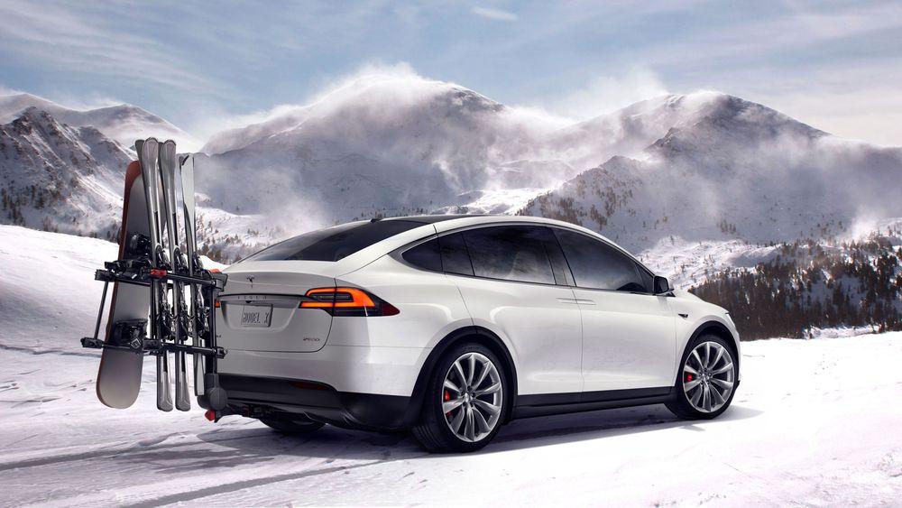 En Tesla Model X i snøen.