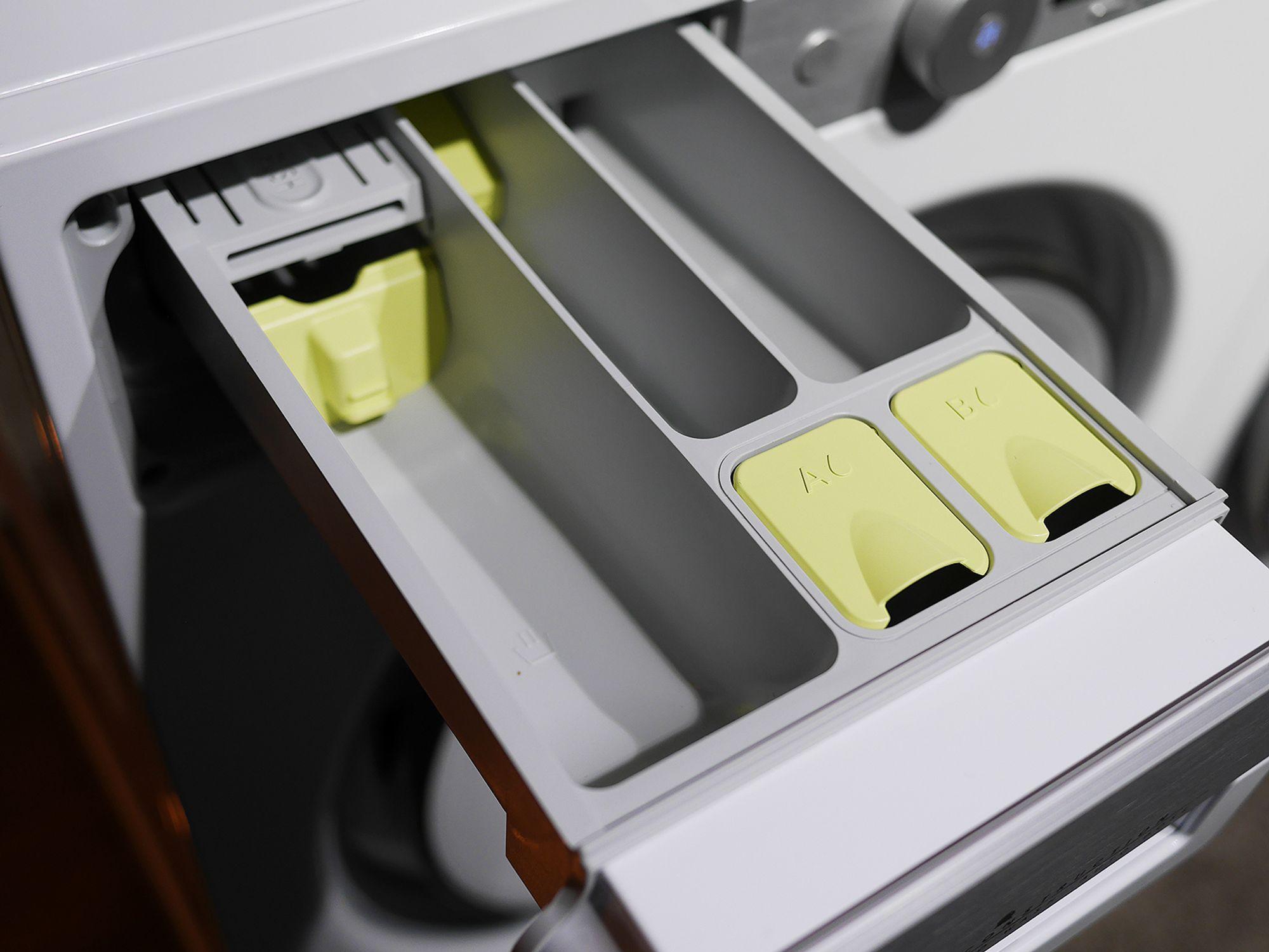 På de nye vaskemaskinene fra Asko kan man fylle to tanker for autodosering, merket A og B, i den tradisjonelle doseringsskuffen. Foto: Stian Sønsteng.