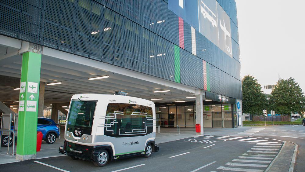 Forus Parkering hadde kun to stikkontakter til lading av elbil da det ble bygget i 2014. Nå skal en studie se på mulighetene for å gjøre bygningen til et mobilitetsnav for området, med førerløse busser, smarte ladere og solceller og vindturbiner på taket.