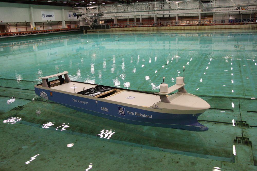 Modelltesting av Yara Birkeland er viktig i utviklingen av det som blir verdens første autonome og elektriske frakteskip. Det går ikke an å simulere seg til kunnskap. Testing i modell- eller fullskala er påkrevet for å sikre best mulig resultat.