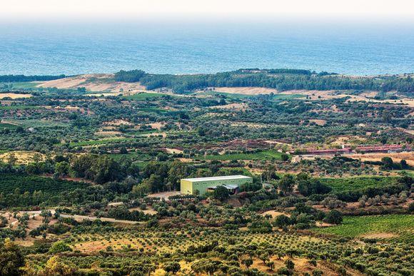 Vinkjelleren ligger midt i bildet med Adriaterhavet i syningom.