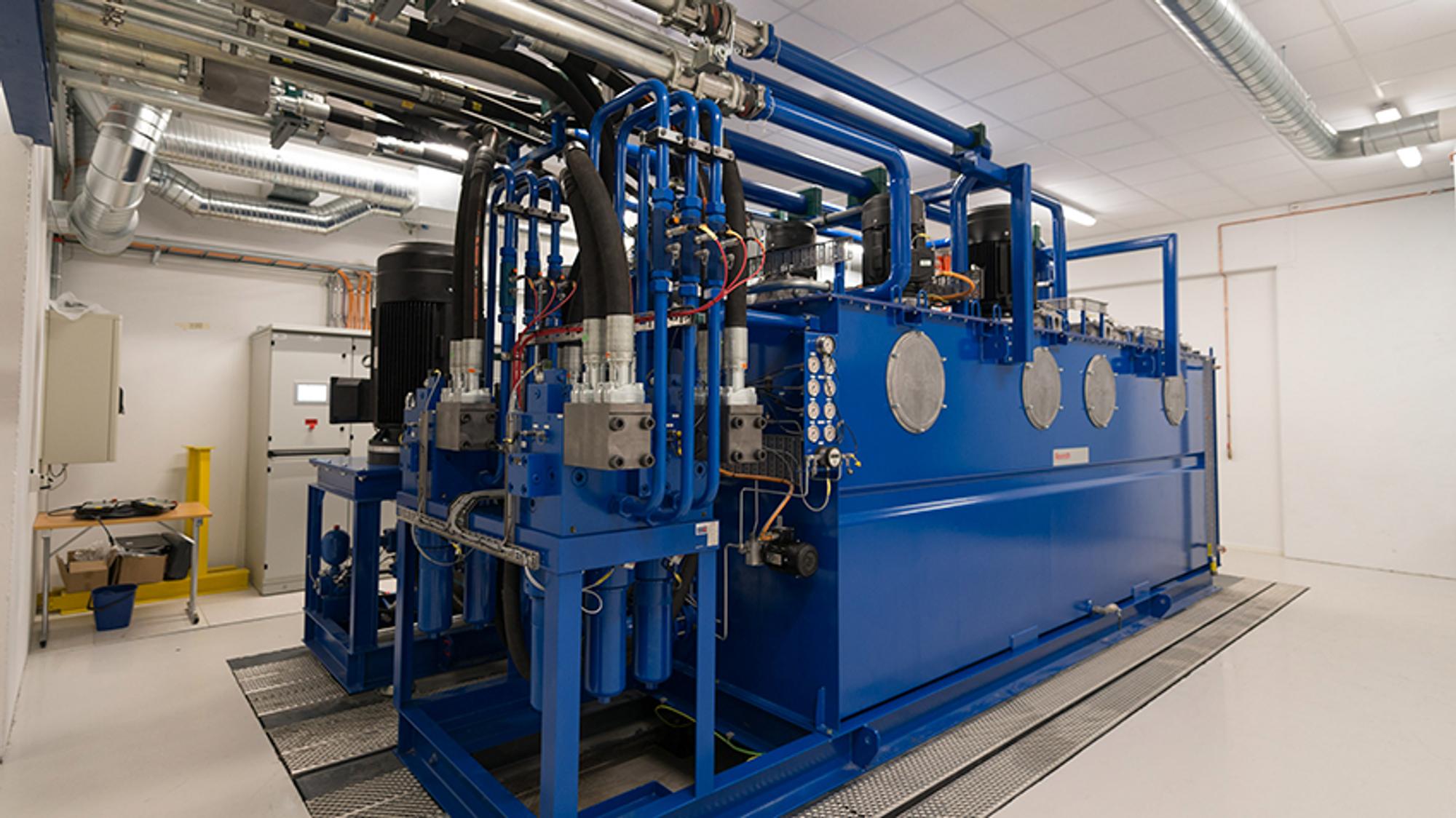 Dette beistet av en hydraulisk powerpack, som driver mange av laboratoriets maskiner, viser hvordan godt samarbeid mellom forskningsmiljø og industri kan fungere.