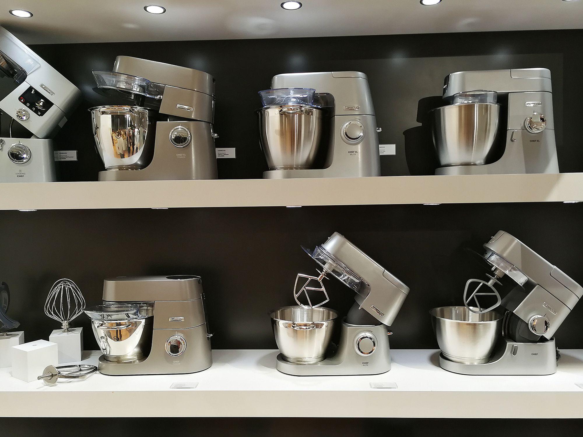 I den nye Kenwood serie av kjøkkenmaskiner kommer alle modellene i stål-utførelse. Foto: Marte Ottemo.