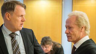 Hjernekirurg Per Kristian Eide og hans advokat Per Danielsen i Oslo tingrett i forbindelse med en annen sak.