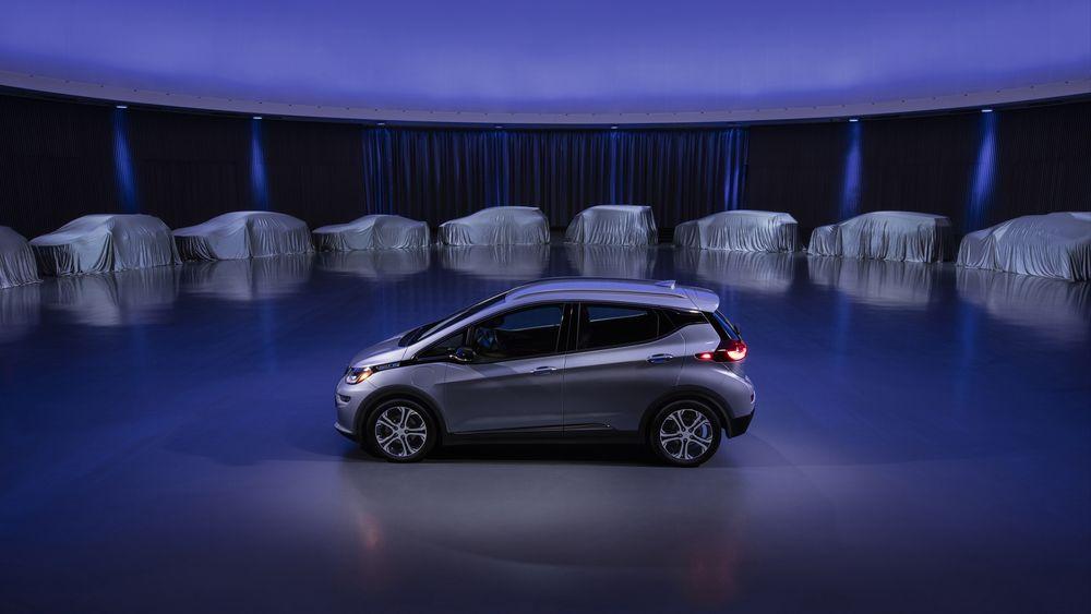 En Chevrolet Bolt foran tildekkede biler skal symbolisere General Motors' nye elbilstrategi som blant annet går ut på å lansere minst 20 nye batterielektriske modeller i løpet av fem år.