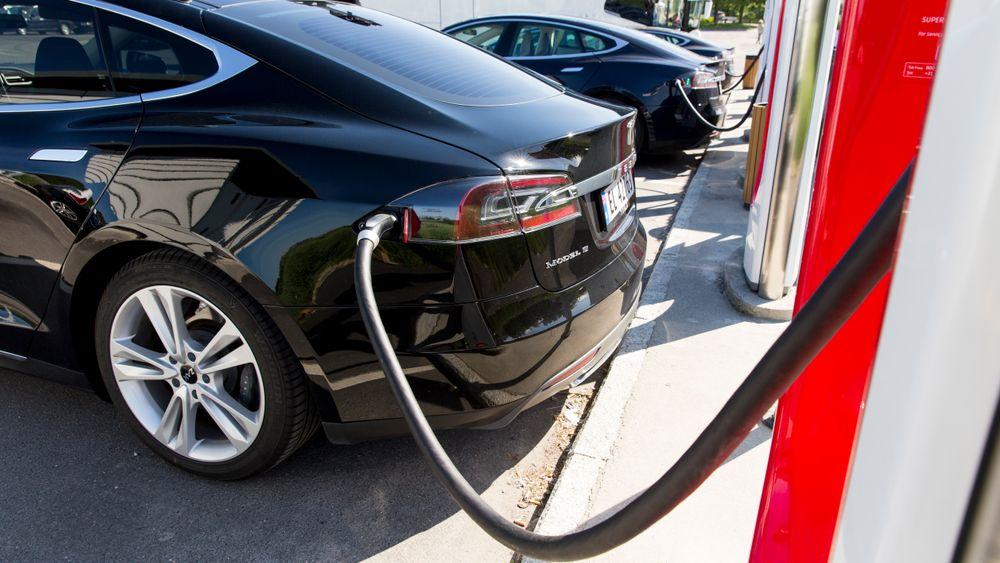 En Tesla Model S står til lading på Solli supercharger i Østfold.
