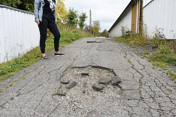FULL AV HULL: Slik så veien ut da daværende styrer i Vangen borettslag, Tove-Karoline Torp tok kontakt med kommunen i april 2017.