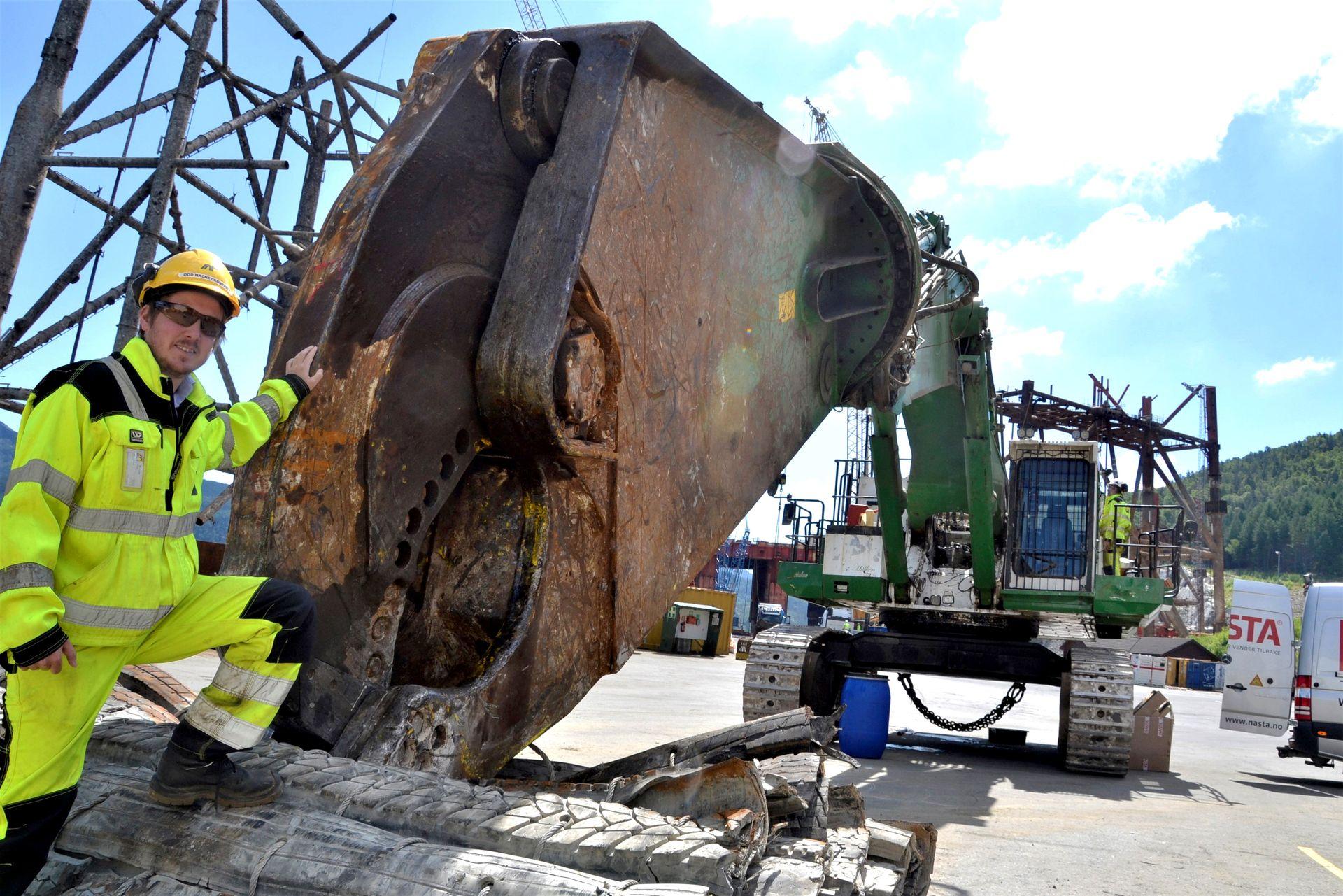 Kraftig saks: Ved basen i Vats kan prosjektdirektør Odd Magne Grøntvedt hos AF Offshore Decom vise fram denne gigantiske gravemaskinen som med sin hydrauliske saks kan klippe gjennom 40 millimeter tjukke stålplater. (Foto: Thomas Førde)