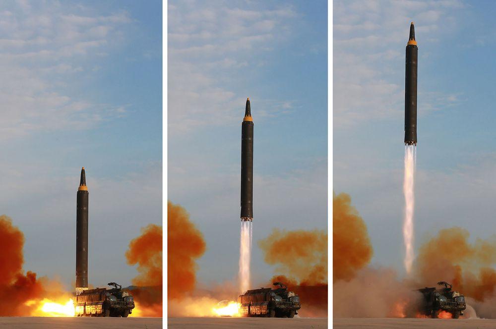 I dette udaterte bildet som ble sluppet 16. september i år, skyter Nord-Korea opp mellom- og langdistansemissilet Hwasong-12.