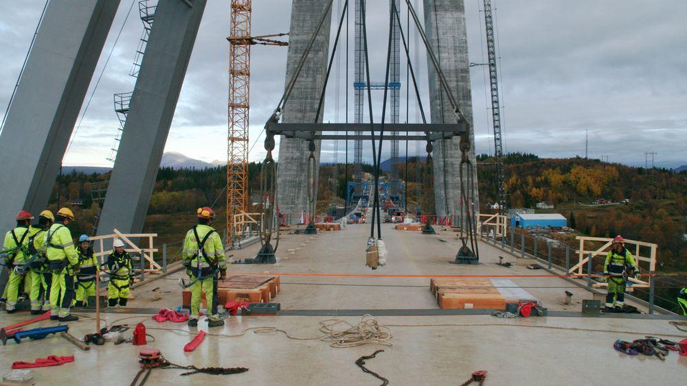 Fredag ble den siste, av totalt 30 brukasser, løftet på plass på Hålogalandsbrua.