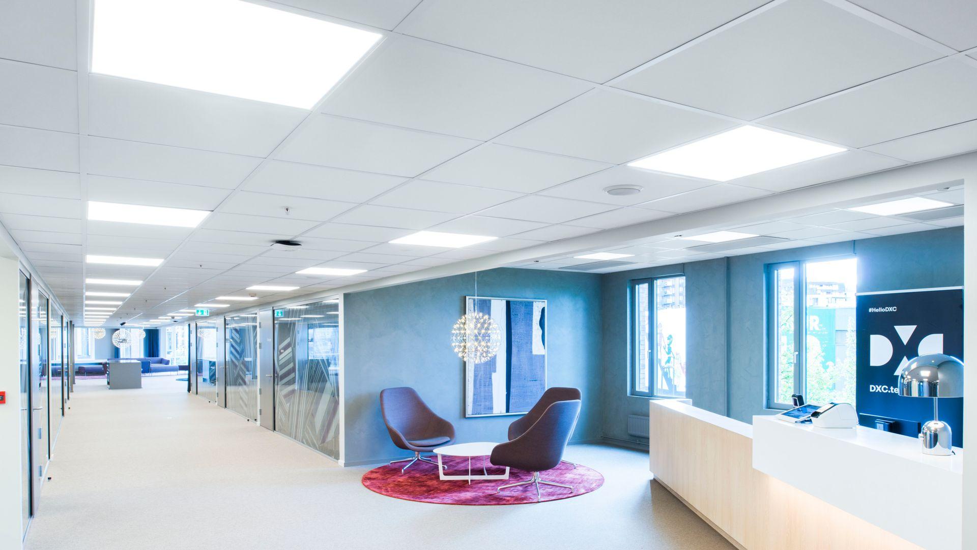 Himlinger i taket og lydabsorbenter på vegger er noe av viktigste for å dempe lyden i et kontormiljø, og på den måten gjøre arbeidshverdagen bedre.