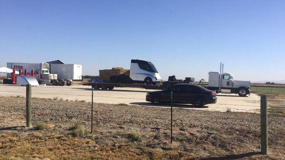 Dette bildet ble publisert på Reddit for en stund siden, og skal stamme fra Inyokern Airport, like nord for Teslas hovedkvarter i California.