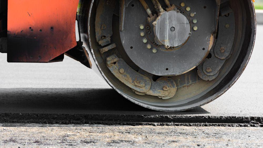 En feil i asfaltblandingen er trolig årsaken til den svært glatte overflaten på nyasfalterte Fylkesvei 33 ved Gjøvik.