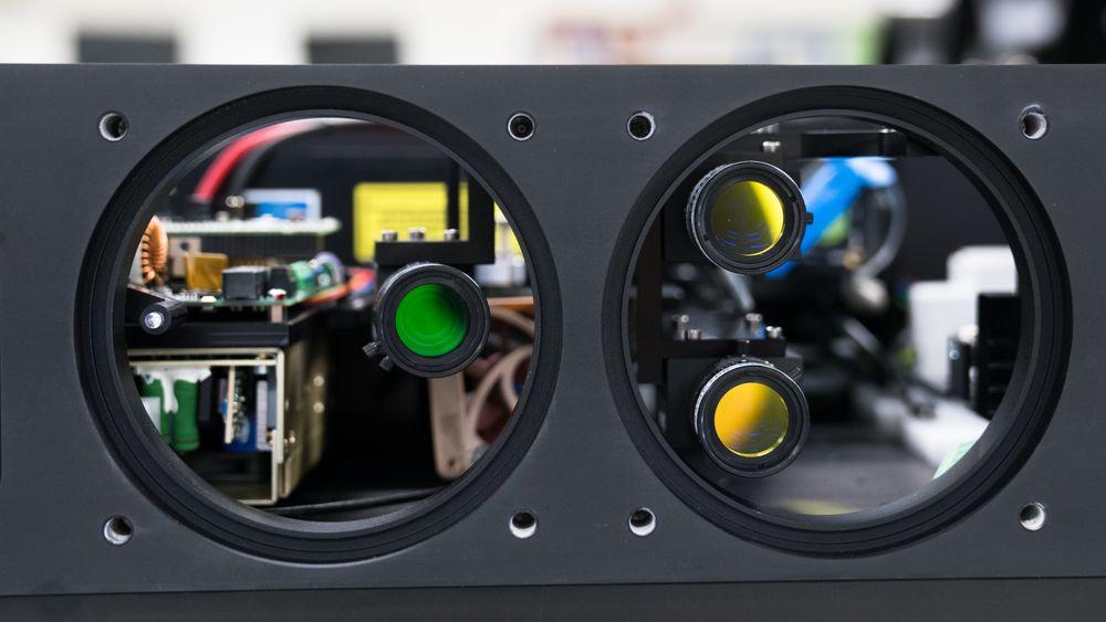 Stingray Marine skyter lakselus med laser plassert i noder med tre kameraer - to for å finne lus og dirigere laser, og ett kamera som dokumenterer. Nå skal de også telle lus for ukentlig rapportering til myndighetene.