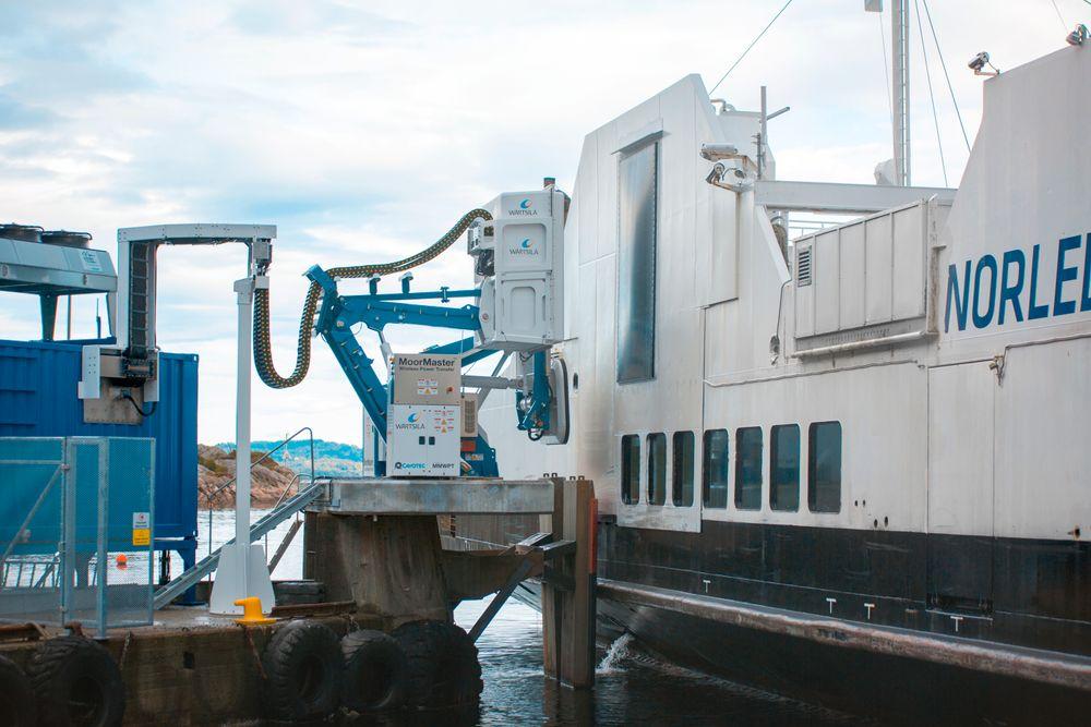 """Folgefonn nærmer seg kaia. Vakuumfortøying og lader mottar signaler fra skipet og settes i """"stand by""""."""