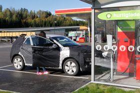 Her er en godt kamuflert elektrisk Kona til test på norske veier i starten av oktober.