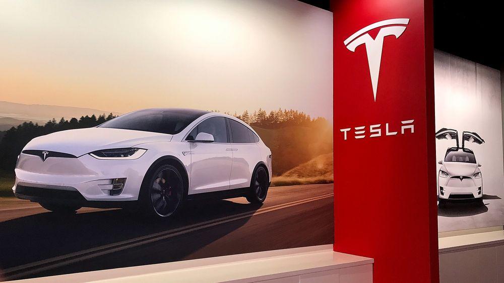 En Tesla Model X vises på en plakat i forbindelse med Teslas fremlegging av tallene for andre kvartal i år. Enkelte utgaver av Model X veier over 2,5 tonn og vil rammes av den foreslåtte avgiften.