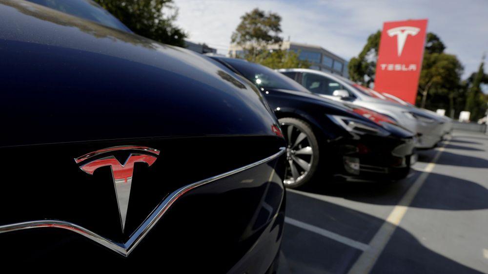 Båden en Model X og en Model S parkert hos en forhandler i Australia. Tesla har revelusjonert elbilmarkedet. Begge disse bilene vil nå bli dyrere. (Foto: REUTERS/Jason Reed.)