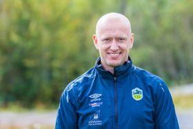 REISEGLAD: Trenar Øystein Lindesteg Rinde har ikkje noko imot å reisa langt på kamp.