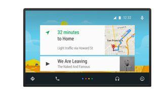 Android Auto har et eget biltilpasset grensesnitt, og er avhengig av en Android-telefon. Innebygget Android vil imidlertid fritt kunne tilpasses av bilprodusenten.