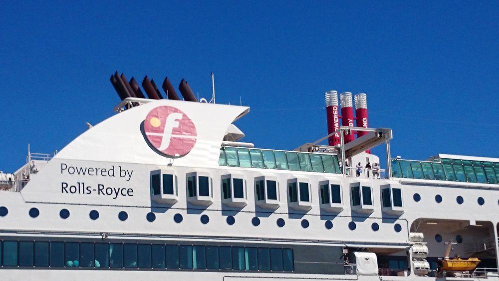 Eksosen fra LNG-motorene om bord på Stavangerfjord og Bergensfjord er fri for svovel og sot og dermed ikke synlig. CO2-utslippene er ca. 25% lavere enn fra dieselmotorer og NOx-utslipp redusert med ca. 85%.